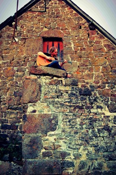 Mickael Feugray, chanteur, musicien, guitariste, Le Havre, pierres.